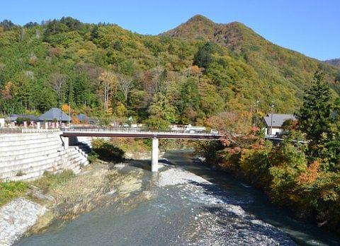 大つり橋から見た山の紅葉の様子