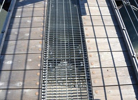 下が透けて見える大つり橋の歩道部分