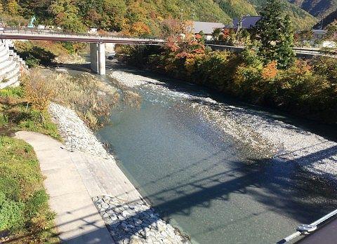 大つり橋の影が川に写ってるところ