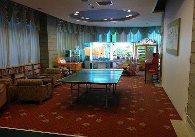 卓球台とゲームコーナー