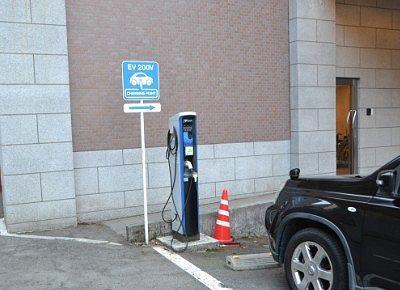 駐車場にあったEV充電器