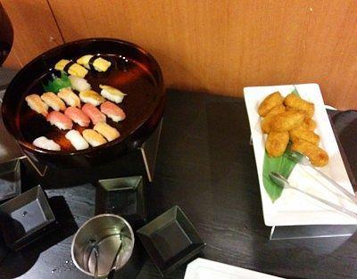 穴子、イカ、卵、真鯛、鮪、海老、サーモンの握り寿司と稲荷寿司