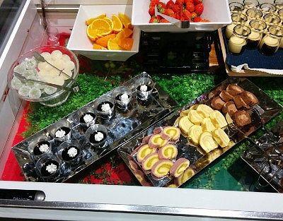 イチゴ、オレンジ、キャラメルケーキ、あずきのムース、ガトーショコラ、チョコロールケーキ、さつまいもロールケーキ、コーヒーゼリー、マンナン大福