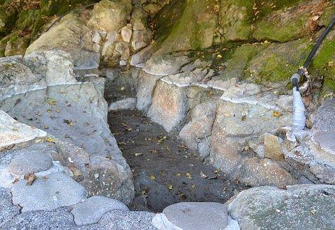 薬研の湯の岩でできた浴槽