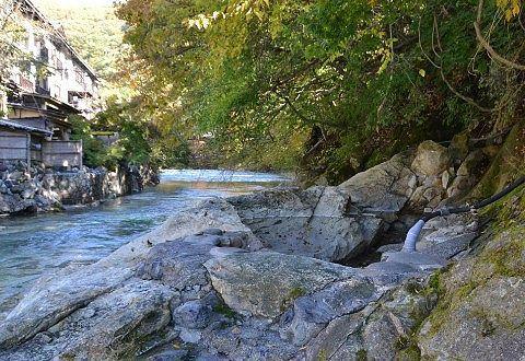 川の際にあった薬研の湯