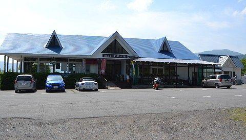 営業してる左の嬬恋牧場と右の公衆トイレ