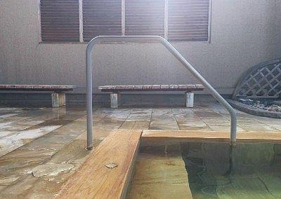 露天風呂脇のベンチの様子