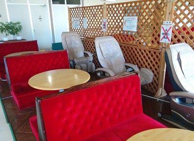 テーブル席やマッサージ機