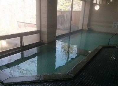 大型ガラスで展望の良い内湯