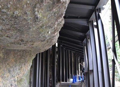 岩がせりだしたトンネルの様子