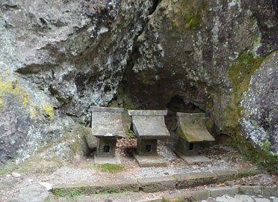 岩の隙間にあった祠