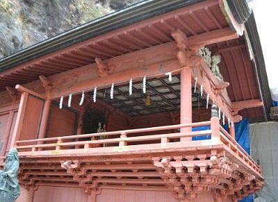 横から見上げた神楽殿の様子