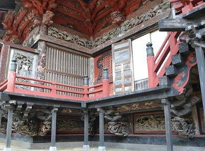 拝殿横の彫刻の様子