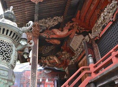 拝殿天井付近の彫刻の様子