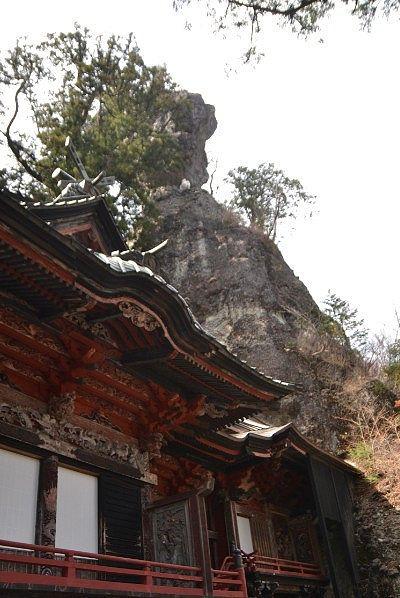 拝殿の後ろにあるお姿岩