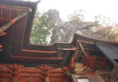 拝殿の屋根したから見たお姿岩の絶景