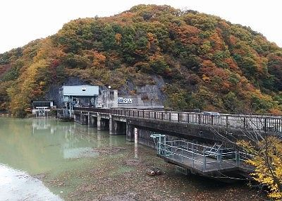 ダム湖と紅葉の景色