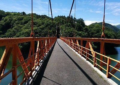 湖面にかかる赤い橋