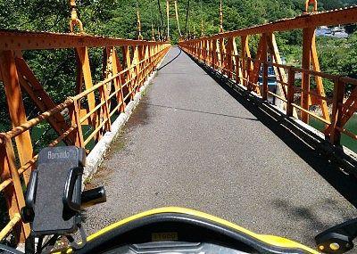 幅が狭い赤い橋
