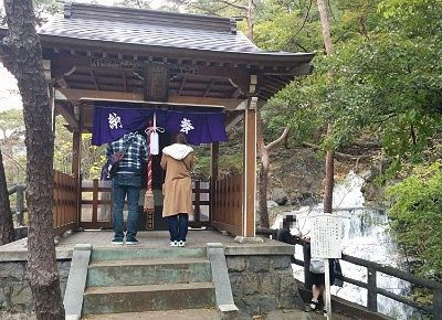 五龍神社でお参りしてる様子