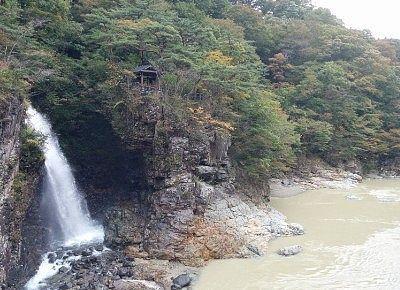 虹見橋から見た虹見の滝の様子