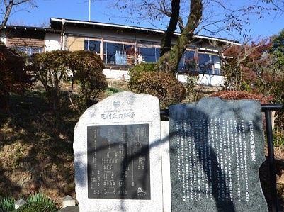 足利織物の歴史が書かれた石碑(右)と隣には足利氏の略計が書かれた石碑(左)