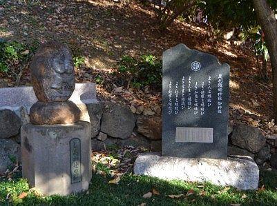 足利織姫神社御神穂の石碑(右)としあわせの絆というオブジェ(左)
