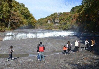 吹割の滝を鑑賞する観光客の姿