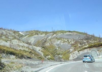道路脇に火山灰が堆積