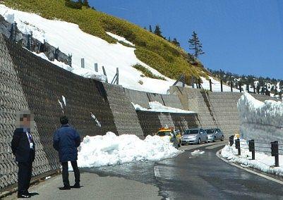 雪が道路に崩れてきた事故