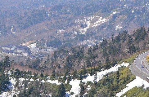 登山道から見えた万座温泉宿