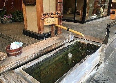 旅館前にあった足湯の様子