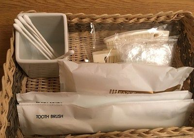 ブラシ、歯磨き粉つき歯ブラシ、綿棒、シャワーキャップと使い捨てカミソリ