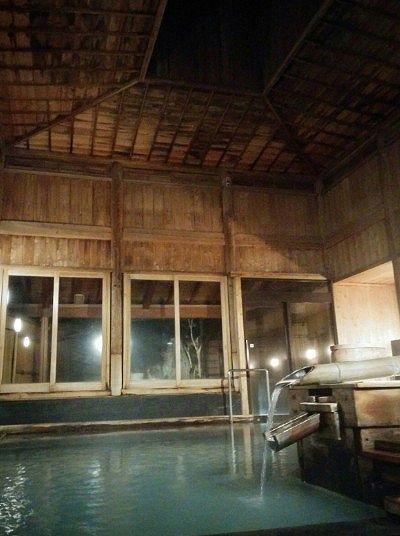 天井の高い湯屋の様子