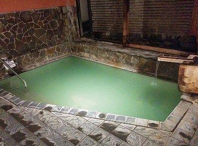 男湯大浴場の湯舟の様子