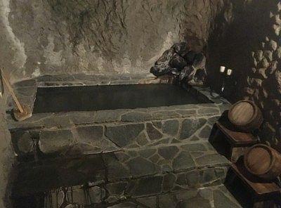 洞窟貸し切り風呂の湯舟の様子