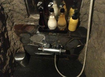 洞窟貸し切り風呂の洗い場の様子