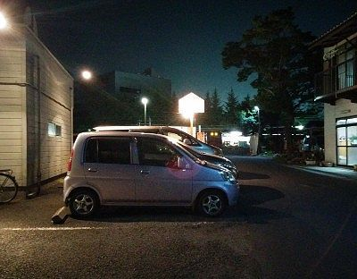 ラーメン在の店舗前駐車場の様子