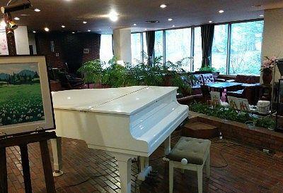 白いグランドピアノのあったロビーラウンジ
