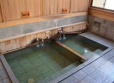 熱い湯とヌルい湯の仕切りがあった熊の手洗湯