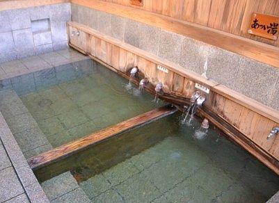 熊の手洗湯の温泉の様子