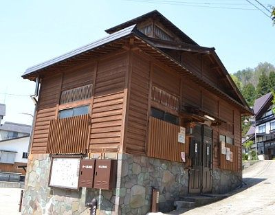 坂の途中に建ってる上寺湯の湯屋