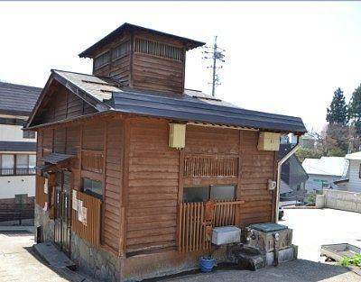 坂の上から見た上寺湯の湯屋