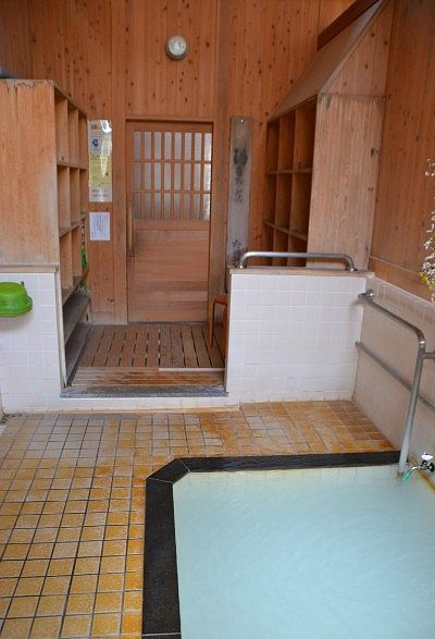 真湯の浴場と脱衣所の様子