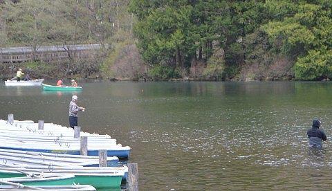 湯ノ湖で釣りを楽しむ人たち