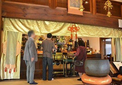 本堂で拝観する観光者の様子
