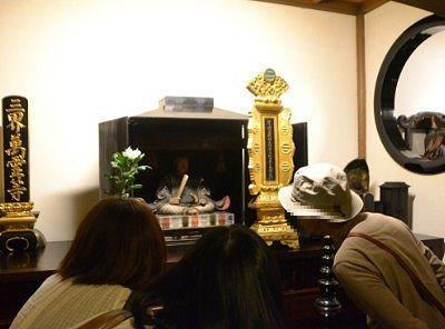 足利尊氏公木坐像と御位牌を見てる観光客