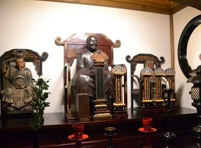 仏満禅師ではないかと思われる木像と御位牌