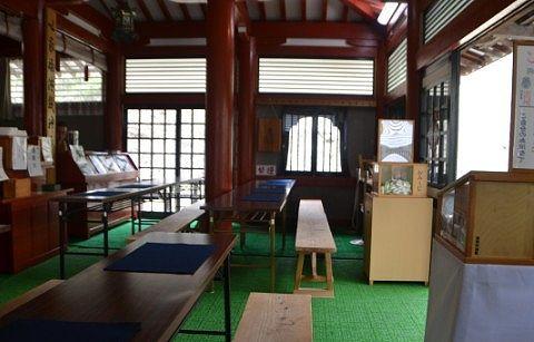 写経できる机が並んだ本堂の様子
