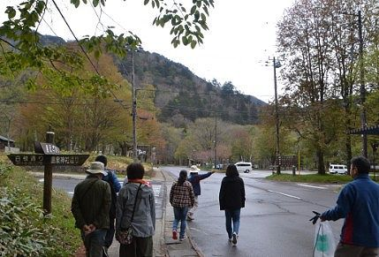 早朝散歩ツアー開始の様子
